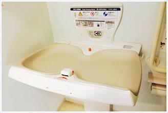 おむつ交換台と小児用トイレ